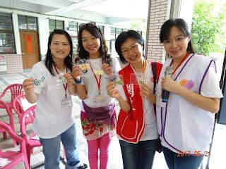 https://sites.google.com/a/20187.org.tw/20187/liu-da-fu-wu-zhi-ye/fu-wu-zhi-ye-wen-nuan-de-jia/ai-ni-yi-bei-zi-jia-ting/20170521rangaishangcanzhuoxingfufenxiangpayuanmanjuban/17.jpg?attredirects=0