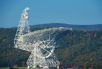 根據綠堤望遠鏡(GBT)提供的資料集,經分析後顯示,其中一筆快速電波爆發紀錄透露出該起電波爆發事件是來自太空中某高度磁化區域。Credit: NRAO/AUI/NSF