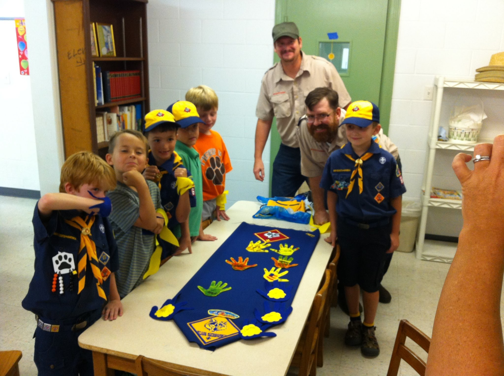 den meeting in a box scout salute Open each den meeting by saluting the us flag and reciting the pledge of  allegiance  the cubmaster gives each boy the cub scout handshake and  hands the  on signal the first pair carries the three boxes with two hands, each  boy.