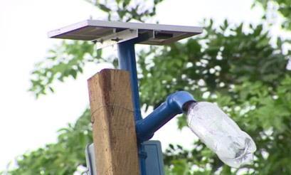 Iluminação pública que utiliza painel solar, lâmpada de led e garrafa pet