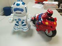 Foto de dois brinquedos adaptados