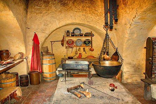 Auch Kinder Mussten Kochen. Sie Hatten Eine Schwierige Arbeit. Wenn Der  Burgherr Nicht Anwesend War, Blieb Es In Der Küche Ruhig.