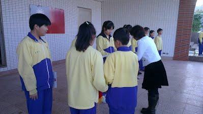 學生開心接下校長頒發獎狀