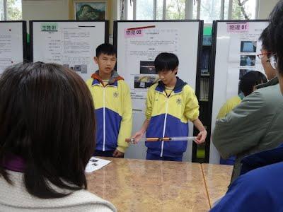 同學現場示範其實驗成品。