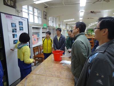 學生邁力地解說其實驗成果。
