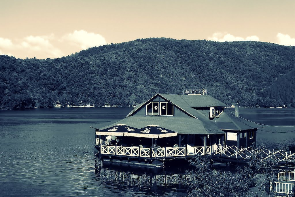Paola Nicović: Lake House