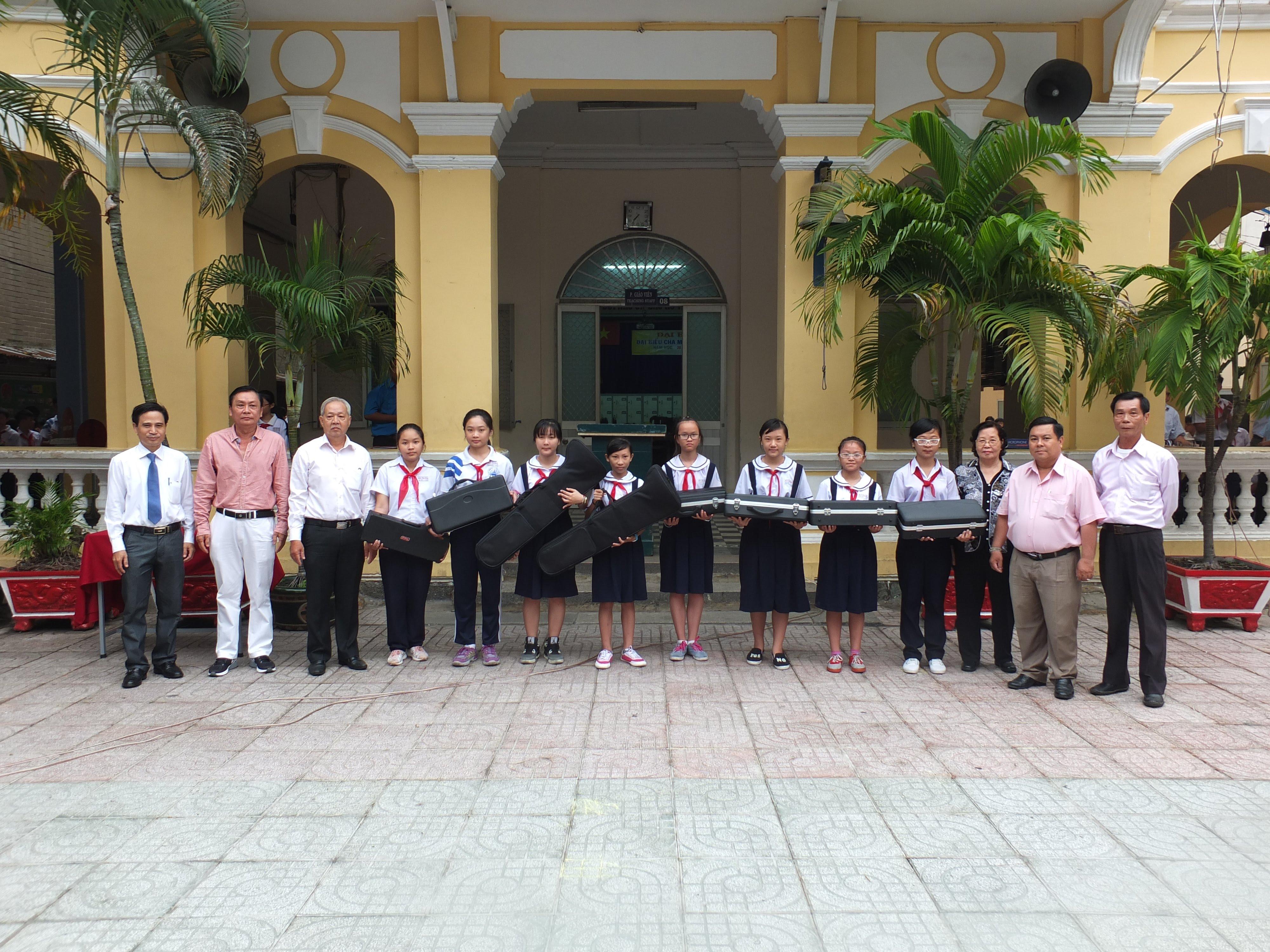 Ban đại diện cựu học sinh chụp hình cùng lãnh đạo nhà trường và BCH liên đội trường THCS Mạch Kiếm Hùng