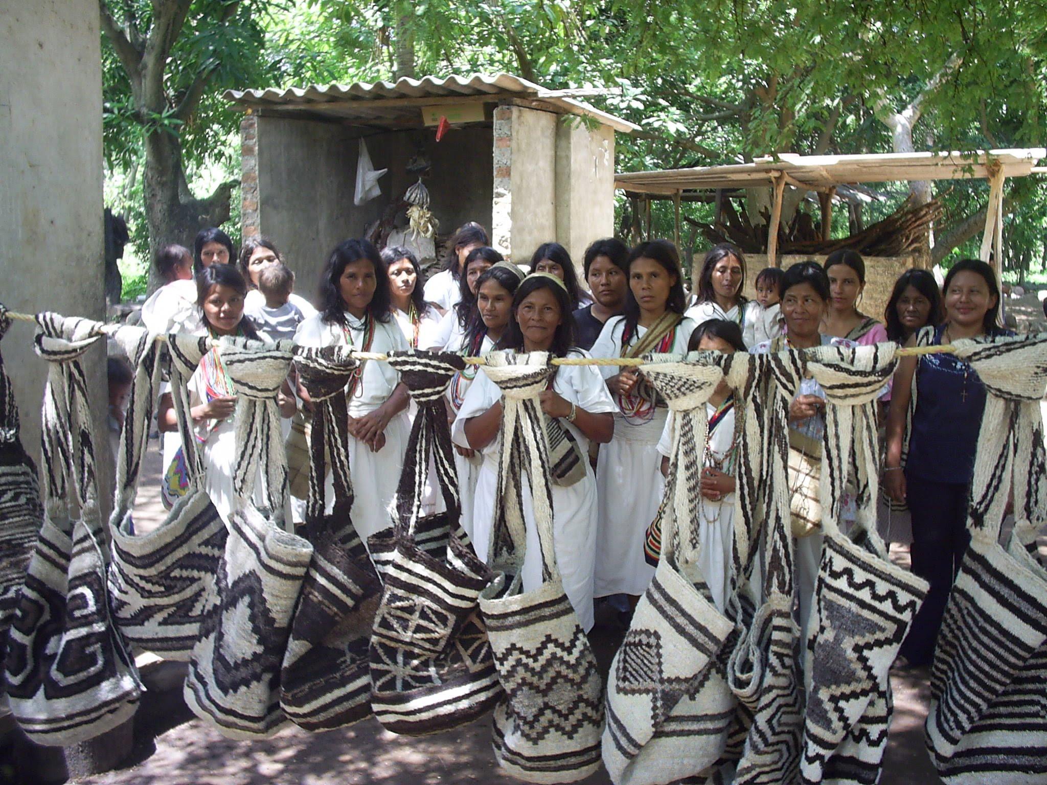 mujeres tejedoras de las Etnias Kankuamas de Atánquez, Wayúu de Manaure y Arhuacas de la comunidad de Jimain.