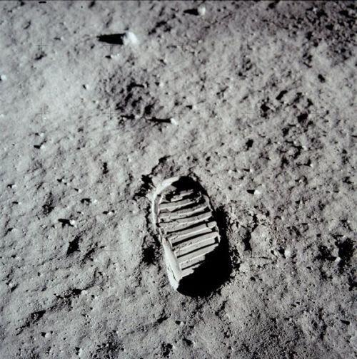 صورة  عالمية   وقصتها   الخاصة  بها Firstfootprintonthemoon1969