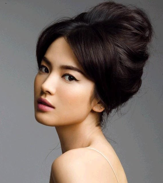 Korean actress, Song Hye Gyo looks perfectly elegant with her updo.