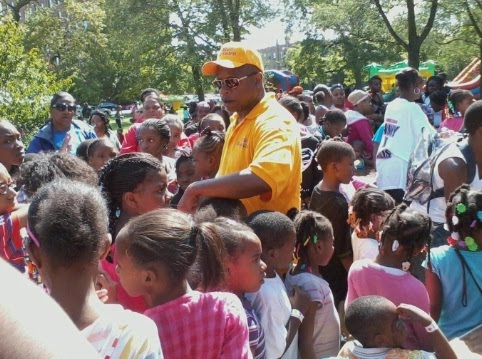 Alderman Willie Cochran with youth at back-to-school picnic