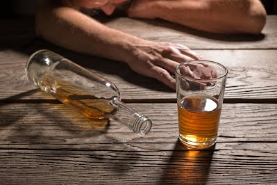 https://cdn1.medicalnewstoday.com/content/images/articles/157/157163/alcoholic-slumped-next-to-glass-of-alcohol.jpg