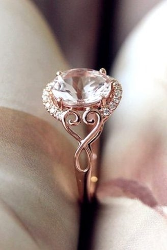 Amazing Ring With One Diamond At Center And Gold Band