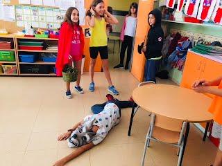 """Els alumnes de 5è fan la representació de """"Litle Red Riding Hood"""" pels alumnes d'educació infantil"""