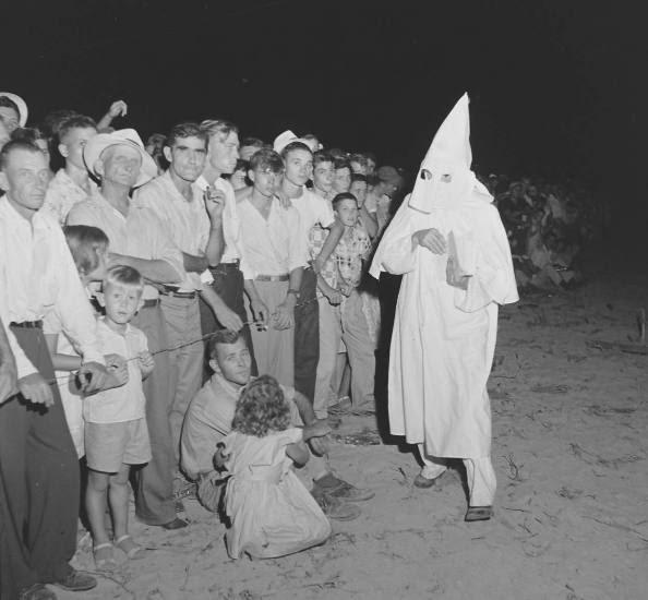 Partidarios del KKK buscan intimidar al público