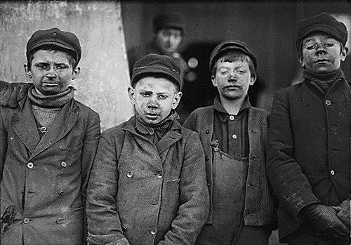 Niños que trabajaban en las minas de carbón. Fotografía de Lewis W. Hinesin Pitts