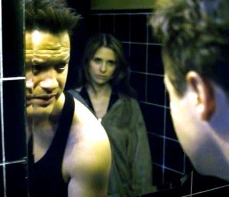 Brenadan Fraser frente al espejo y lo mira Sarah Michelle Gellar