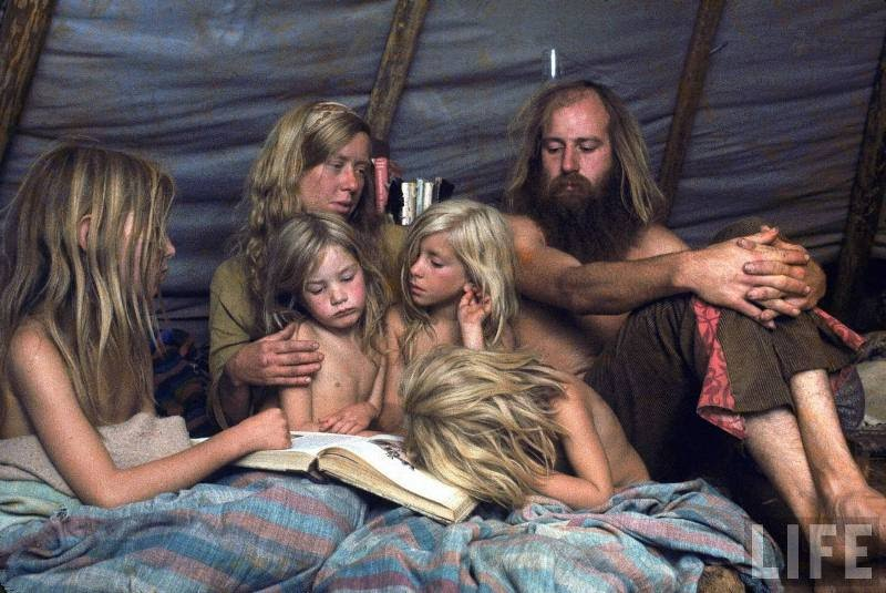 Una familia que habita en una carpa comunitaria