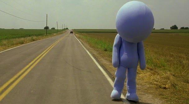 Estrategia de ventas: un muñeco sin manos que reparte volantes en una ruta deshabitada