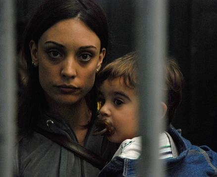 Julia sostiena a su hijo en brazos