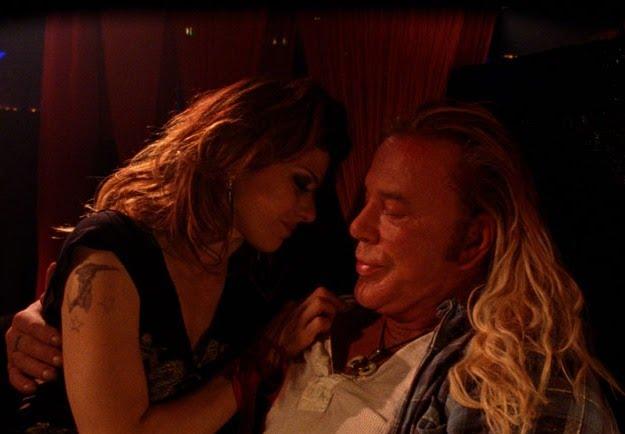 Mickey Rourke junto a Marisa Tomei, una bailarina de lap-dance