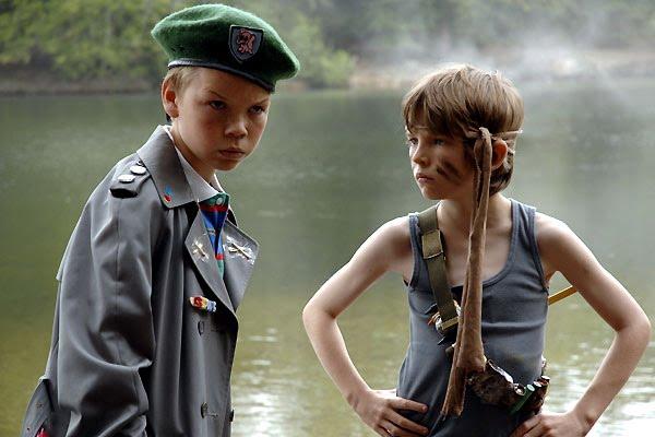 dos chicos fascinados con Rambo