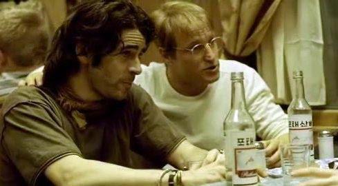 Eduardo Noriega bebe junto con Woody Harrelson