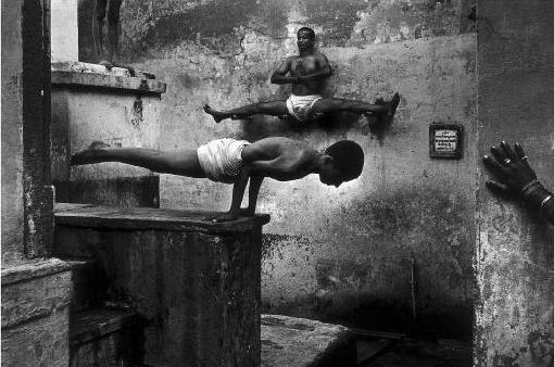 Tomasz Gudzowaty y Judit Berekai, Polonia/Hungría, Yours Gallery/Focus Fotoagentur. Un grupo de personas practican yoga en la ciudad de Varanasi, India. Anteriormente conocida como Benares, Varanasi es una de las ciudades más viejas del mundo y es uno de los centros para el estudio y la práctica del yoga