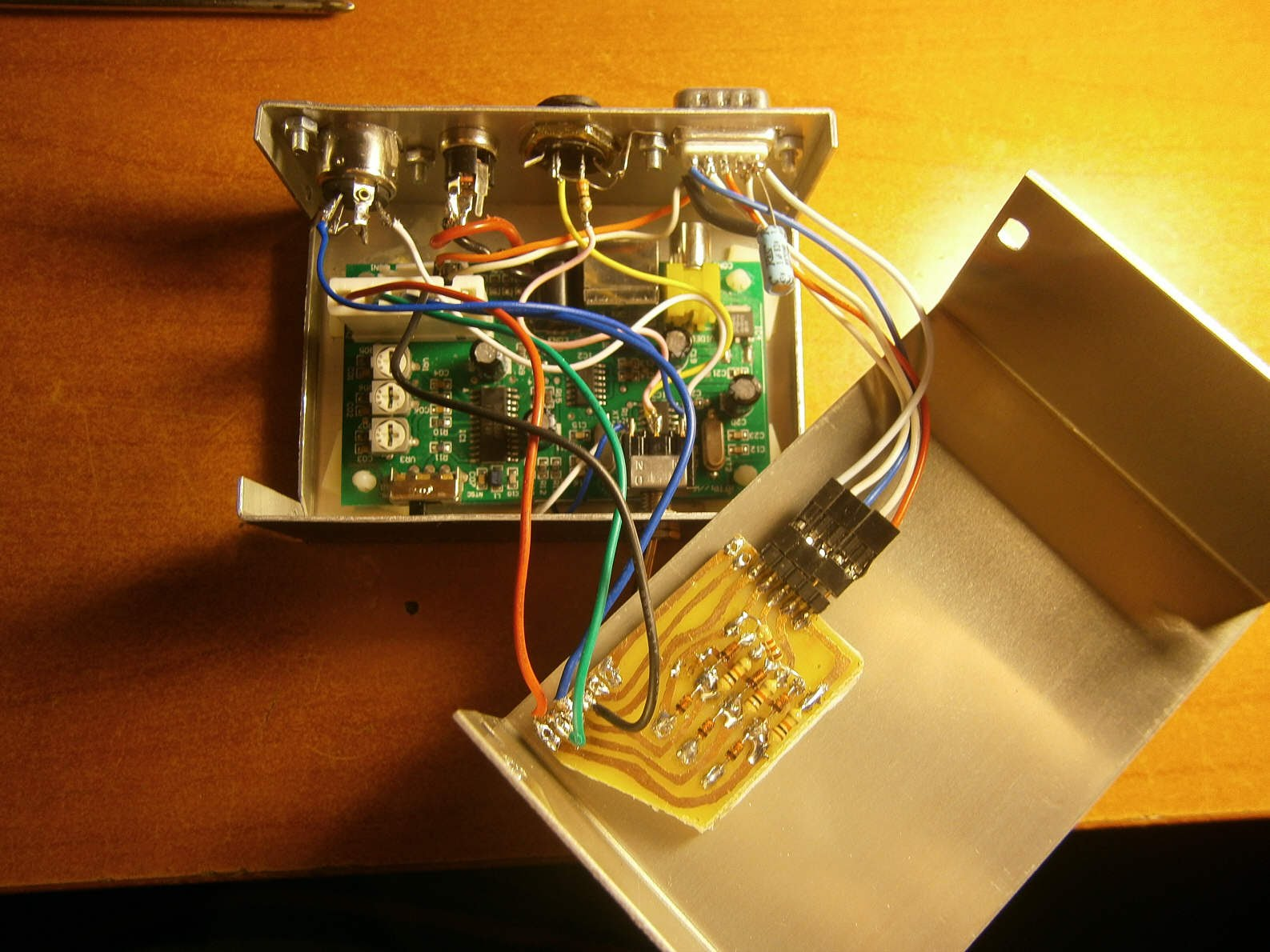 RGBI to S-Video in case with capacitor on V-Sync (by Michele Paciocco)