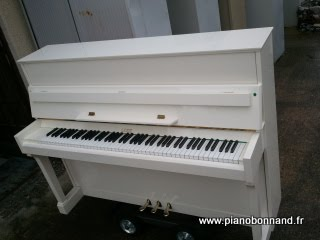 piano droit en location lodz blanc