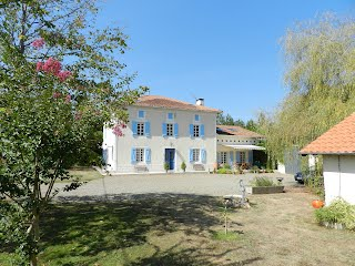 Family-friendly accommodation with heated pool South West France