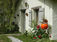 Rustic holiday cottage for two with heated pool SW France