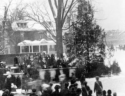 1924, the town's first community Christmas tree at Vandeveer & Broadway.