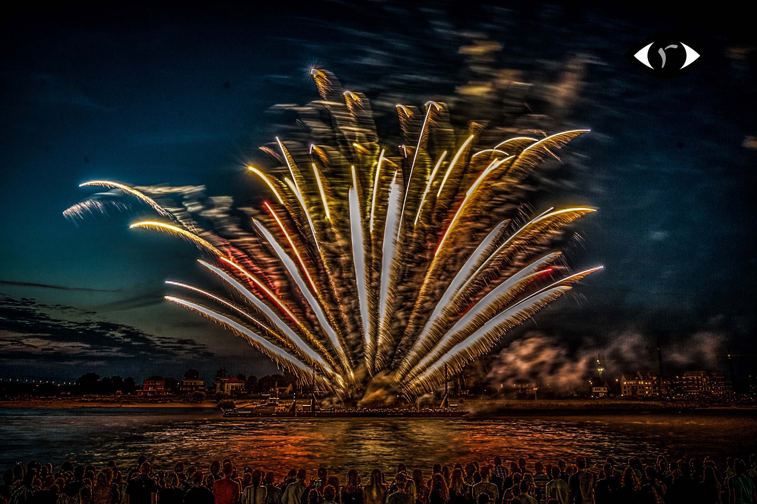 https://sites.google.com/site/ruurdjellema/hdr-b-w-touch-of-color/Fireworks.jpg