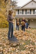 جمع،کردن،برگ ها،پاییز،خانه