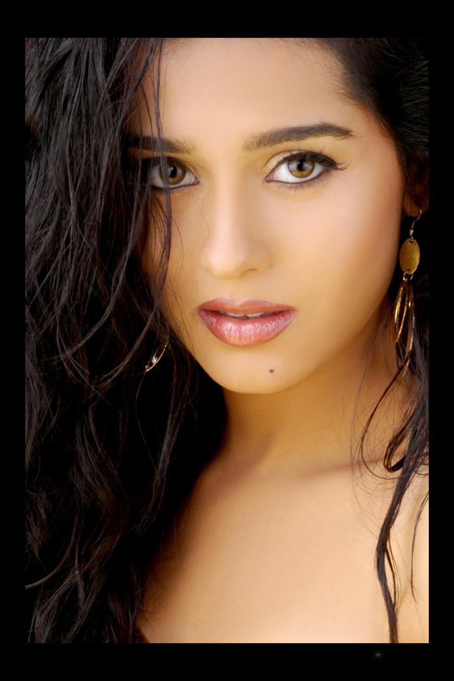 actress celebs Offers high quality images and pictures of the popular world celebrities.
