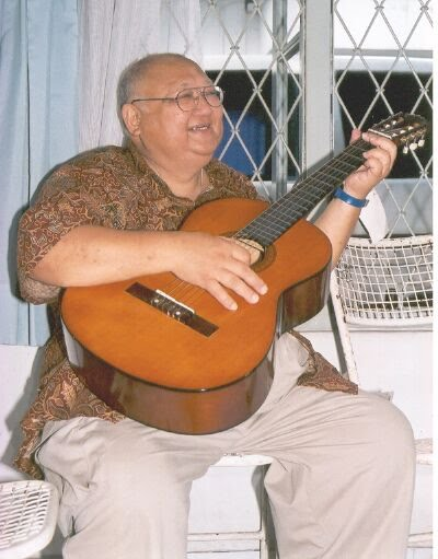 Picture of Sunny Oey playing the guitar.