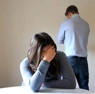 مردم ما اكثراً از طلاق بيزارند و تا جاي ممكن از آن پرهيز ميكنند. با اين وجود غير از اعتياد، كه بلاي خانمانسوزي به حساب ميآيد و درصد بالايي از طلاقهاي كشور ما نتيجهي آنند، نوعي اختلال رواني نسبتاً خطرآفرين هم، وجود دارد كه آمار طلاق را در كشور ما تحت تأثير قرار ميدهد. شايد اعتياد را بتوان با انجام آزمايشهايي، قبل از ازدواج تشخيص داد. همچنين برخي از عوامل فرهنگي، اجتماعي و اخلاقي فرد، با تحقيق از محل كار، زندگي، دوستان، همكاران، همسايهها و... تا حدودي قابل تشخيص است. اما اينك ميخواهيم ببينيم اين اختلال يا موارد مشابه آن، واقعاً از ابتدا قابل شناسايي هستند يا نه؟ و آيا ميتوان با كمي موشكافي و بررسي بيشتر، نشانههاي آن را در طرف مقابل تشخيص داد يا نه؟ براي رسيدن به پاسخ اين سؤالات، اطلاعات باليني و كليدهاي تشخيصي و افتراقي ارائه نميكنيم و تشخيص را به متخصصان مشاور و روانشناس ميسپاريم.دخترها و پسرها بخوانند