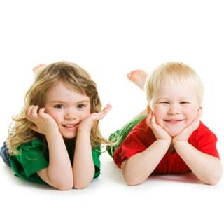 تعداد پسران كوررنگ بيشتر از دختران است. 2- به طور متوسط در مقابل هر 100 نطفه دختر 120 نطفه پسر بسته ميشود. در حاليكه در مقابل هر 100 دختر 106 پسر بدنيا ميآيد. در نتيجه تعداد پسرهاي مرده متولد شده يا سقط شده بيشتر از دختران است. به طور كلي نيز مرگ و مير جنسِ نر بيشتر از جنس ماده است. 3- پسر بچه ها نسبت به ناراحتيهاي هنگام تولد مانند كمي اكسيژن آسيب پذيرترند. 4- پسرها و مردها در تمام طول عمر خود نسبت به دخترها و زنها براي مبتلا شدن به سكته مغزي، عفونت هاي ويروسي، زخم معده و زخم اثني عشر، لخته شدن خون در عروق و بعضي از انواع بيماريهاي رواني آمادگي بيشتري دارند. 5- به هنگام پيري 30% مردان از انجام دادن فعاليتهاي اصلي روزانه عاجز ميمانند، در حاليكه اين درصد در مورد زنان 9% ميباشد. زنها بيشتر از مردها عمر ميكنند. 6- به خاطر اثر هورمون هاي جنسي نر در رشد ماهيچهها، مردها عموماً از نظر بدني نيرومندتر از زنها هستند. 7- ركوردهاي ورزشي مردان در بازيهاي جهاني عموماً از زنان بالاتر است. خلاصه مطلب اينكه مردها از نظر نيروي بدني قويتر از زنها هستند اما آسيبپذيري بيشتري دارند و در معرض بيماري هاي زيادي قرار دارند. همه اينها جزء ويژگي هاي مرد است كه چندان به محيط اجتماعي بستگي ندارد.  تفاوت در رشد 1- جنين پسر در رحم مادر خيلي سريعتر از جنين دختر رشد ميكند، نوزاد پسر سنگين تر از نوزاد دختر است. 2- پسر بچه ها نياز بيشتري به كالري دارند و از كودكي ماهيچه هاي قويتري نسبت به دخترها دارند. 3- دوره استراحت قلب در هر ضربان در پسرها كوتاه تر از دخترها ست. پسرها اكسيژن بيشتري در خون دارند.