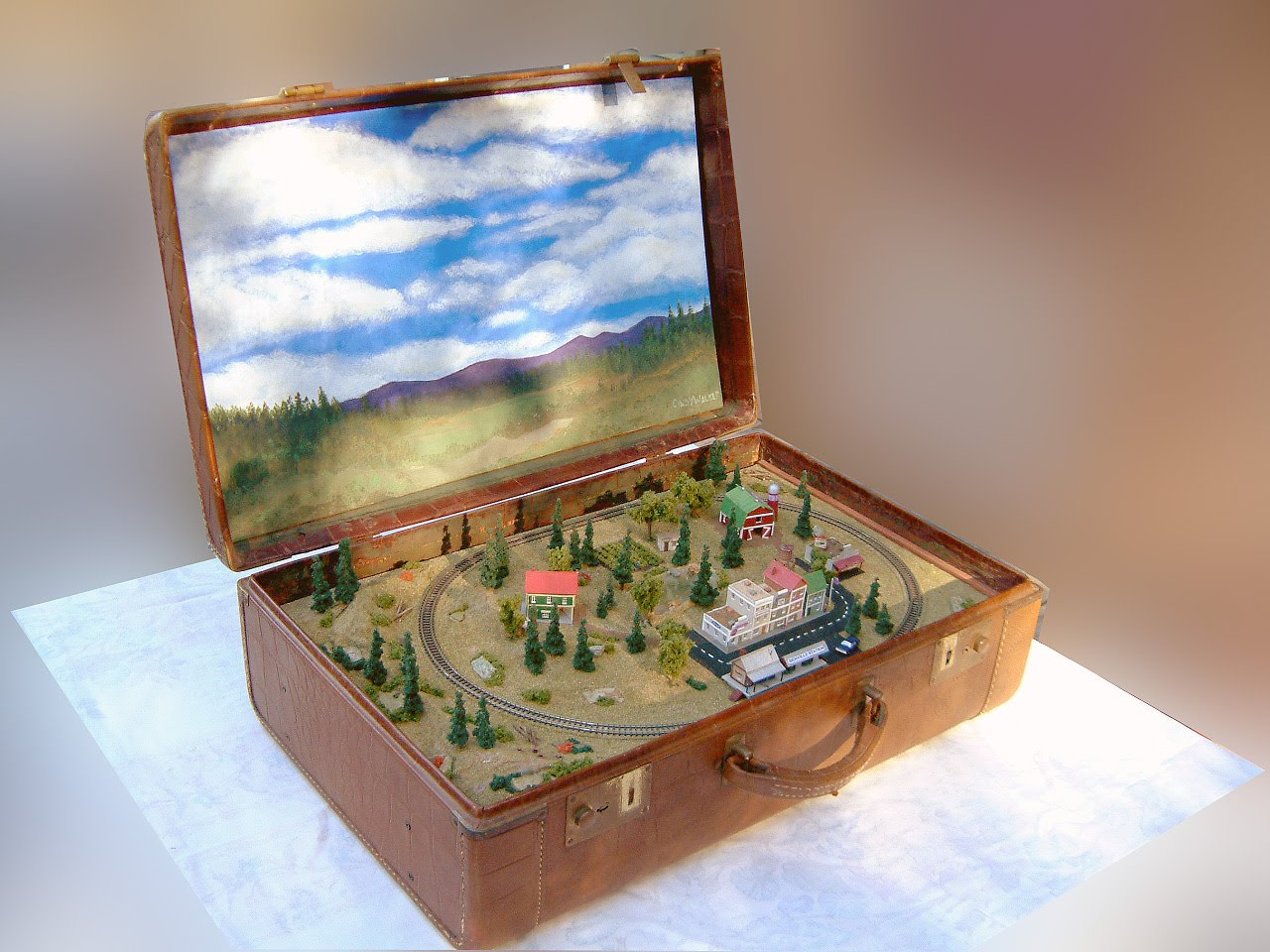 Layout diorama in leather travel case z scale models by for Scale model ideas